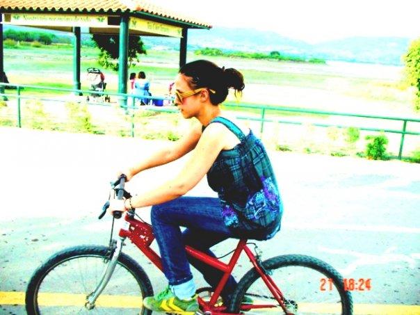 a mis 24 años, el día que aprendí a andar en bici, ¡con una que me quedaba muy pequeña!